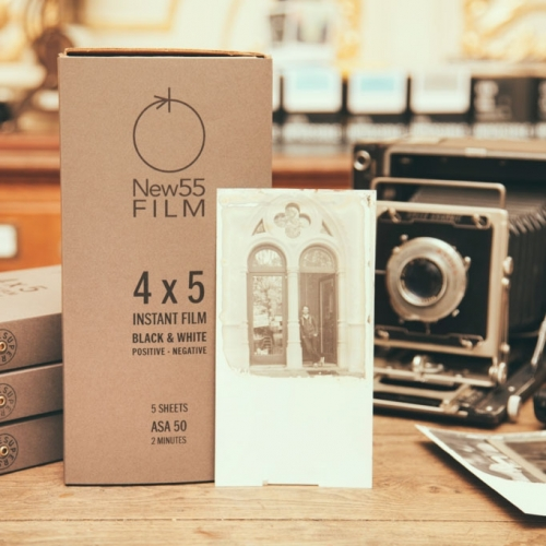 NEW55 PN Black & White Instant Film + Polaroid 545i Film Holder / Combo Pakket